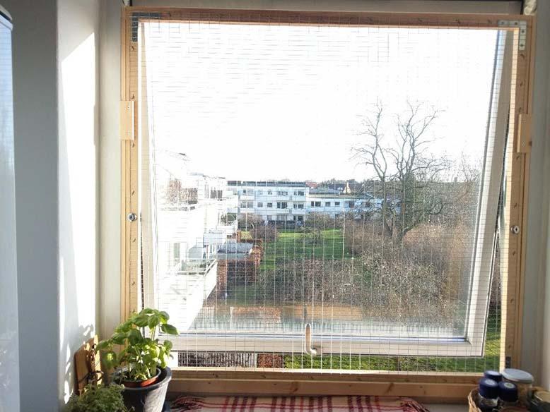 Åbent vindue med gitter for